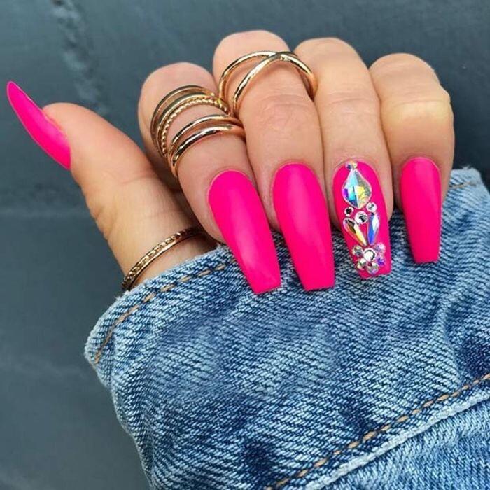 diseños de uñas decoradas -- uñas largas cuadradas color fucsia magenta pink