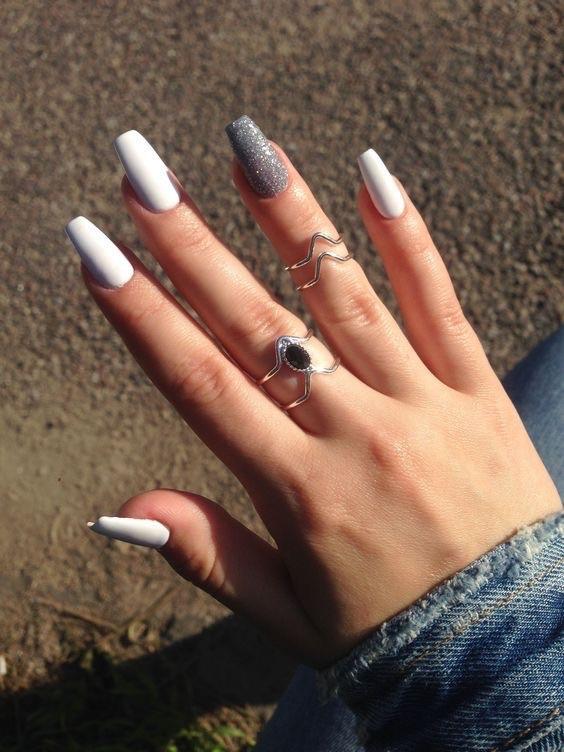 uñas blancas con glitter - uñas largas pintadas - uñas de gel - diseños de uñas decoradas
