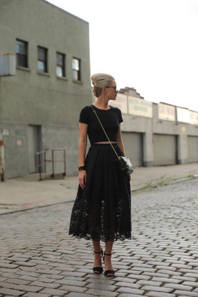 outfit total black Vestido negro para verano cómodo