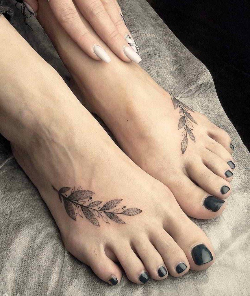 Tatuaje de mujer en el tobillo