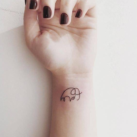 Tatuaje de mujer en la muñeca elefante