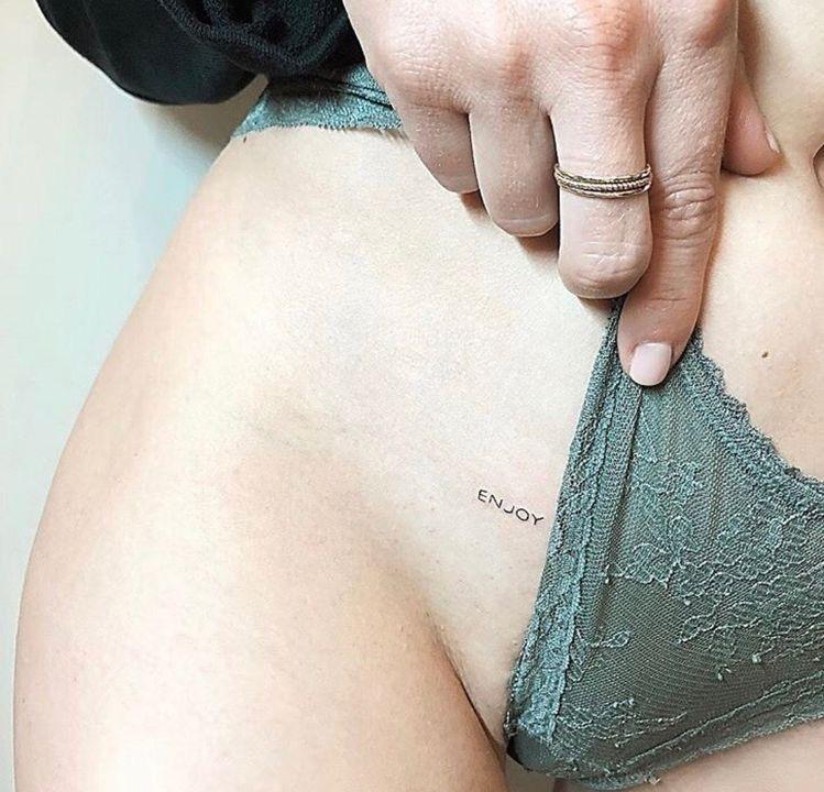 Tatuaje ingle mujer enjoy