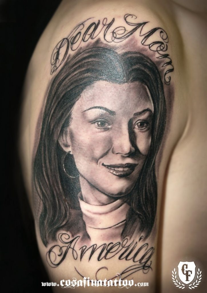 Tatuaje retrato madre brazo realista mujer blanco negro grises tattoo portrait realistic black and grey mom america