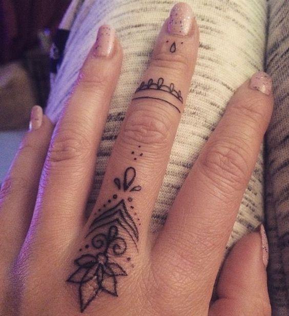 Tatuajes femeninos finos en los dedos grande
