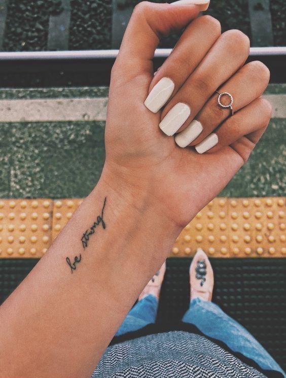 letras Tatuaje de mujer en la muñeca