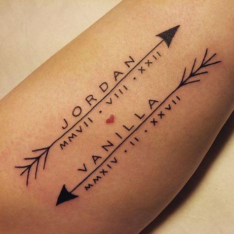 tatuaje de nombres de hijos en el brazo, con flechas