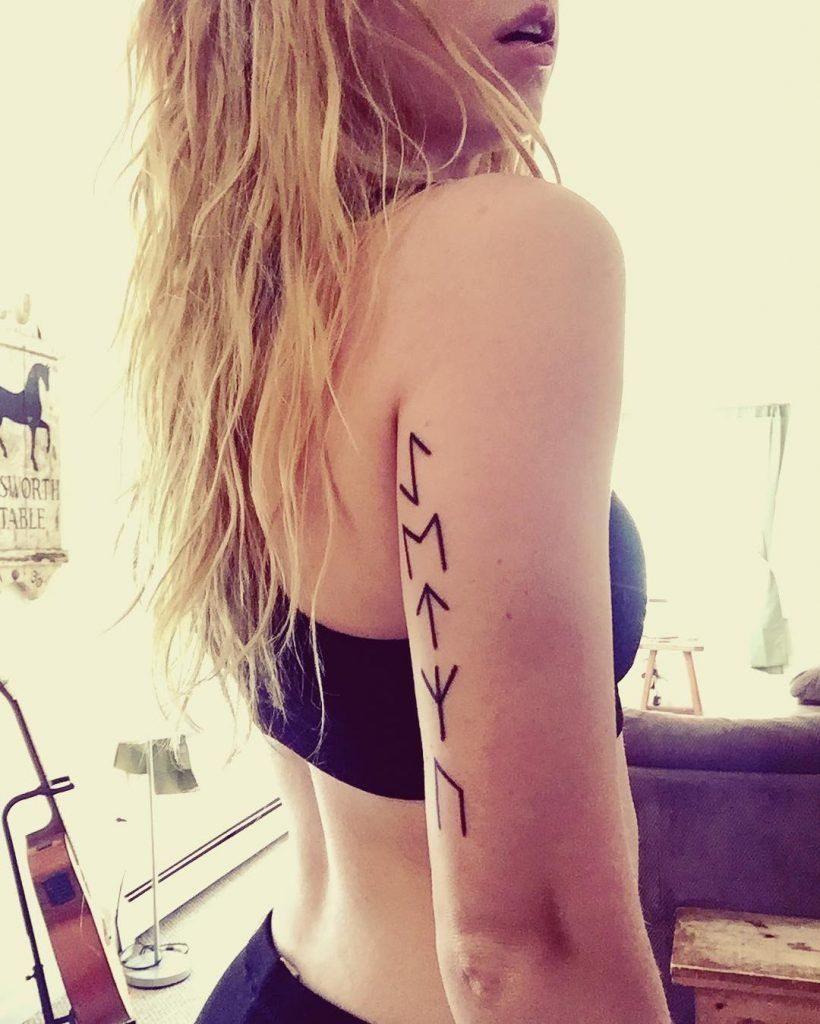 tatuaje runas vikingas brazo mujer