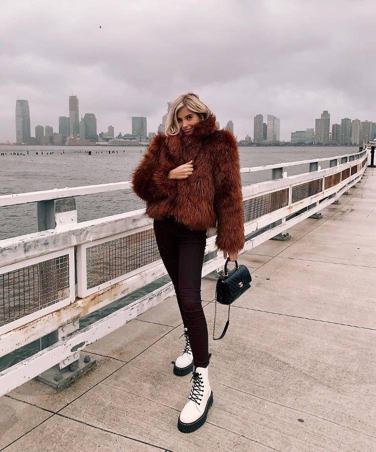 Outfit botas militares para Invierno abrigo rojo y botas blancas